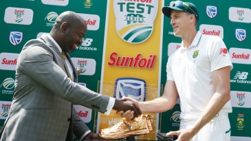 Morne Morkel accepts a special award from CSA acting chief executive Thabang Moroe after his last international Test