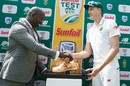 Morne Morkel accepts a special award from CSA acting chief executive Thabang Moroe after his last international Test, South Africa v Australia, 4th Test, Johannesburg, April 3, 2018