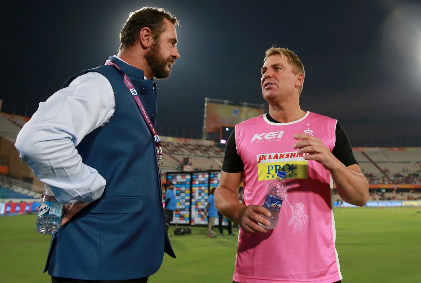 Shane Warne, the Rajasthan Royals mentor, talks to commentator Simon Doull  | Photo | Global | ESPNcricinfo.com