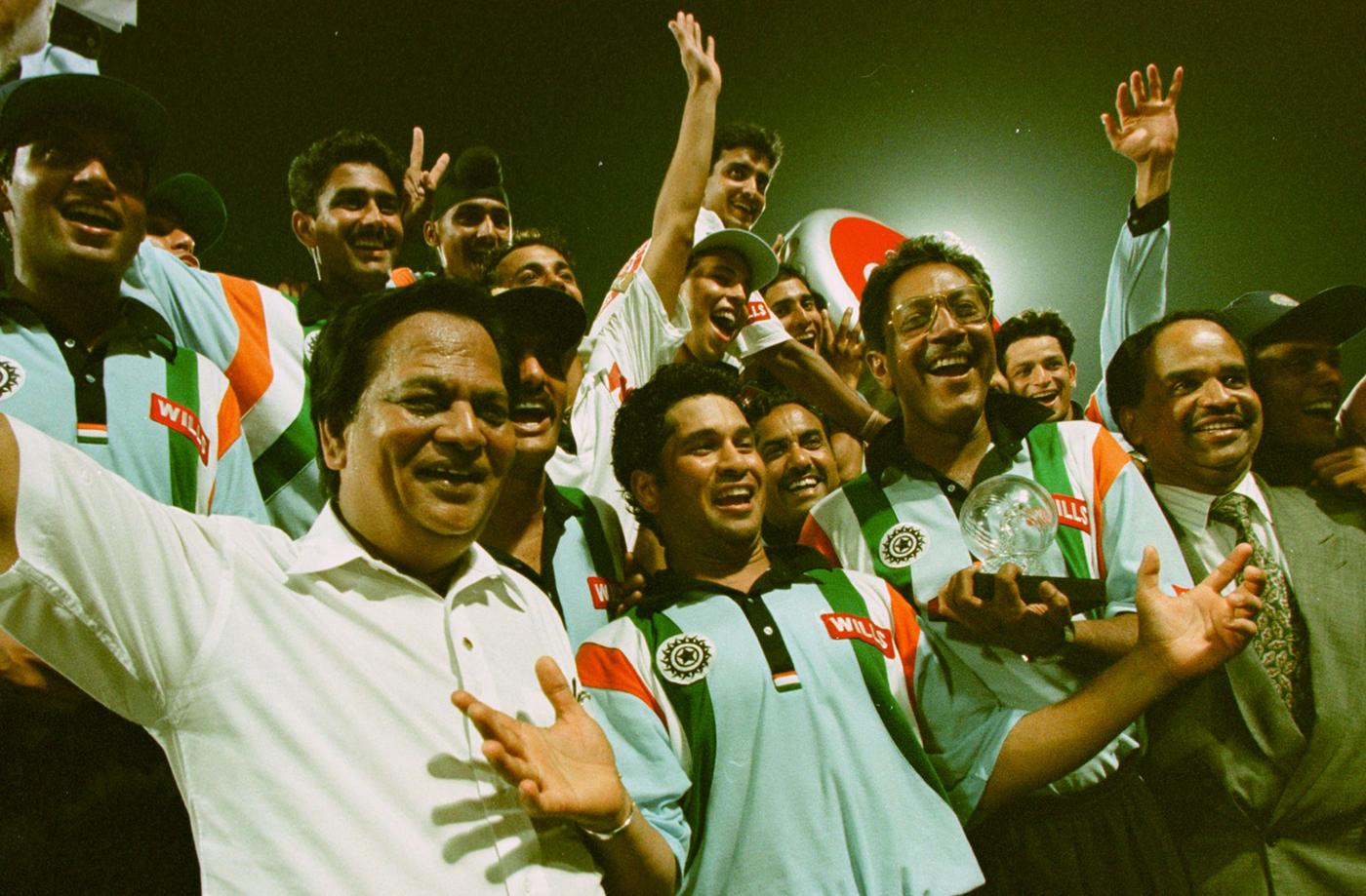 Sachin Tendulkar and his team-mates celebrate beating Australia and winning the Coca Cola Cup
