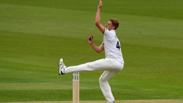 Jamie Porter bowls for Essex