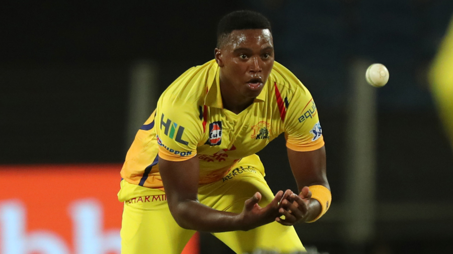 Lungi Ngidi shapes to collect a throw