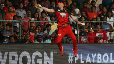 How to take a one-handed stunner on the boundary, by AB de Villiers