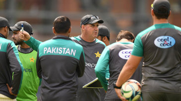 Mickey Arthur talks to the Pakistan squad