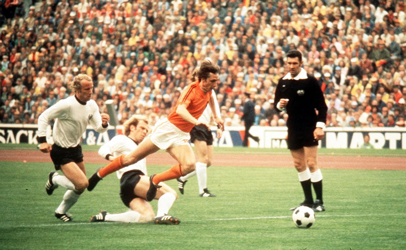 Johan Cruyff jumps over Uli Hoeness at the 1974 World Cup final