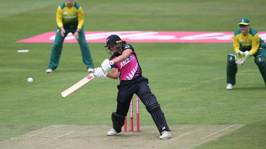 Suzie Bates goes on the attack for New Zealand