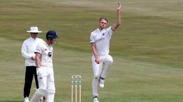 Oliver Hannon-Dalby helped Warwickshire chip away