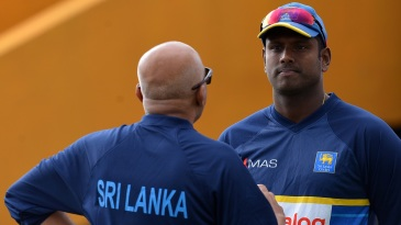 Sri Lanka coach Chandika Hathurusingha speaks to Angelo Mathews during a training session