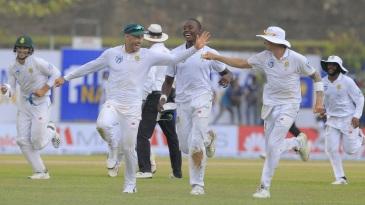 Aiden Markram, Faf du Plessis, Kagiso Rabada and Dale Steyn run towards pavilion as the rain comes down