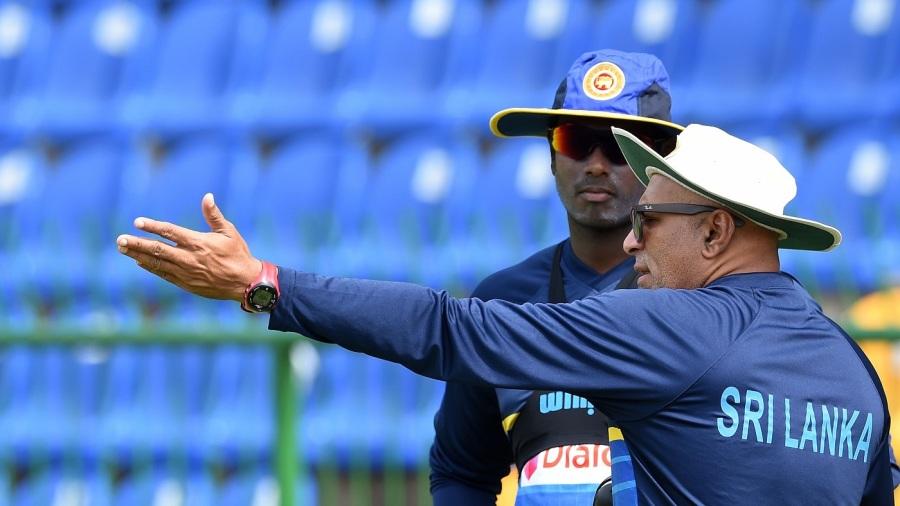 Angelo Mathews and Chandika Hathurusingha in discussion