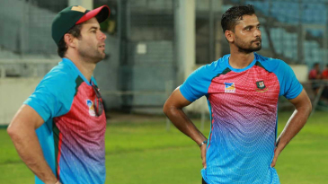 Neil McKenzie and Mashrafe Mortaza have a chat during training