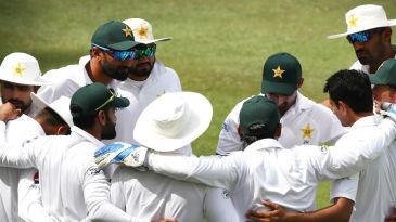 Sarfaraz Ahmed calls his team into a huddle