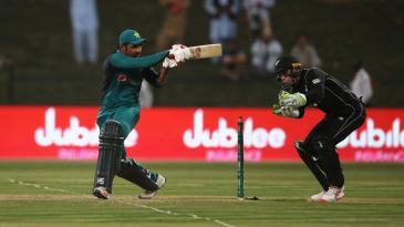 Sarfraz Ahmed plays a pull