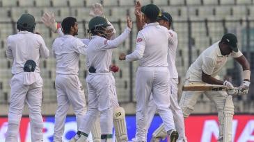 Bangladesh celebrate Hamilton Masakadza's dismissal