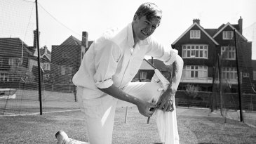 Tony Greig puts his pads on