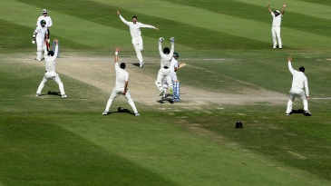 The New Zealand players go up in appeal