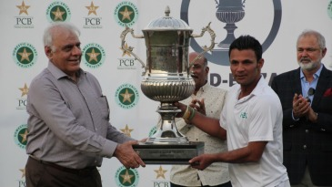 Imran Farhat receives the Quaid-e-Azam Trophy