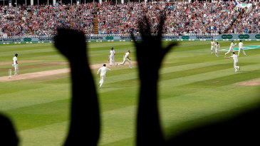 Spectators react to Virat Kohli's dismissal
