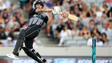 An aggressive Doug Bracewell took on the bowlers