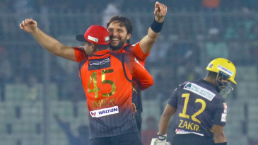 Shahid Afridi celebrates with Imrul Kayes