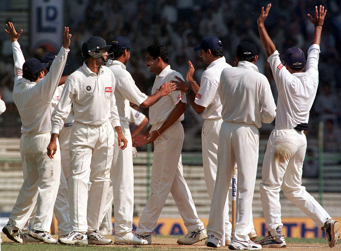 Pakistan 42 for 2: Anil Kumble and Co celebrate the wicket of Ijaz Ahmed on day three