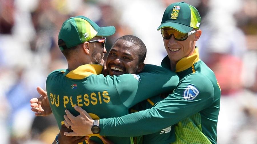 Andile Phehlukwayo is embraced by Faf du Plessis and Rassie van der Dussen