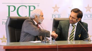 Ehsan Mani, chairman of the PCB, and Sarfraz Ahmed at a press conference
