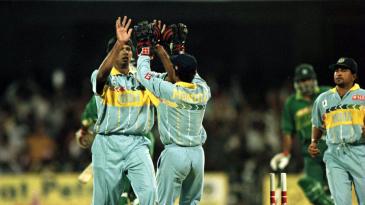 Venkatesh Prasad celebrates after bowling Aamer Sohail