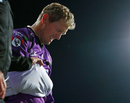 George Bailey leaves the field after injuring his shoulder while diving, Hobart Hurricanes v Melbourne Stars, Big Bash League 2018-19, semi-final, Hobart, February 14, 2019