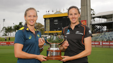 Meg Lanning and Amy Satterthwaite with the Rose Bowl