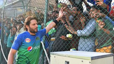Shahid Afridi walks up close to the spectators
