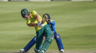 Dwaine Pretorius goes for a big hit