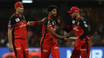 Tim Southee and AB de Villiers congratulate Umesh Yadav