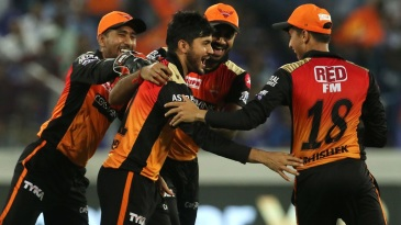 The Sunrisers Hyderabad players congratulate Manish Pandey after a difficult catch