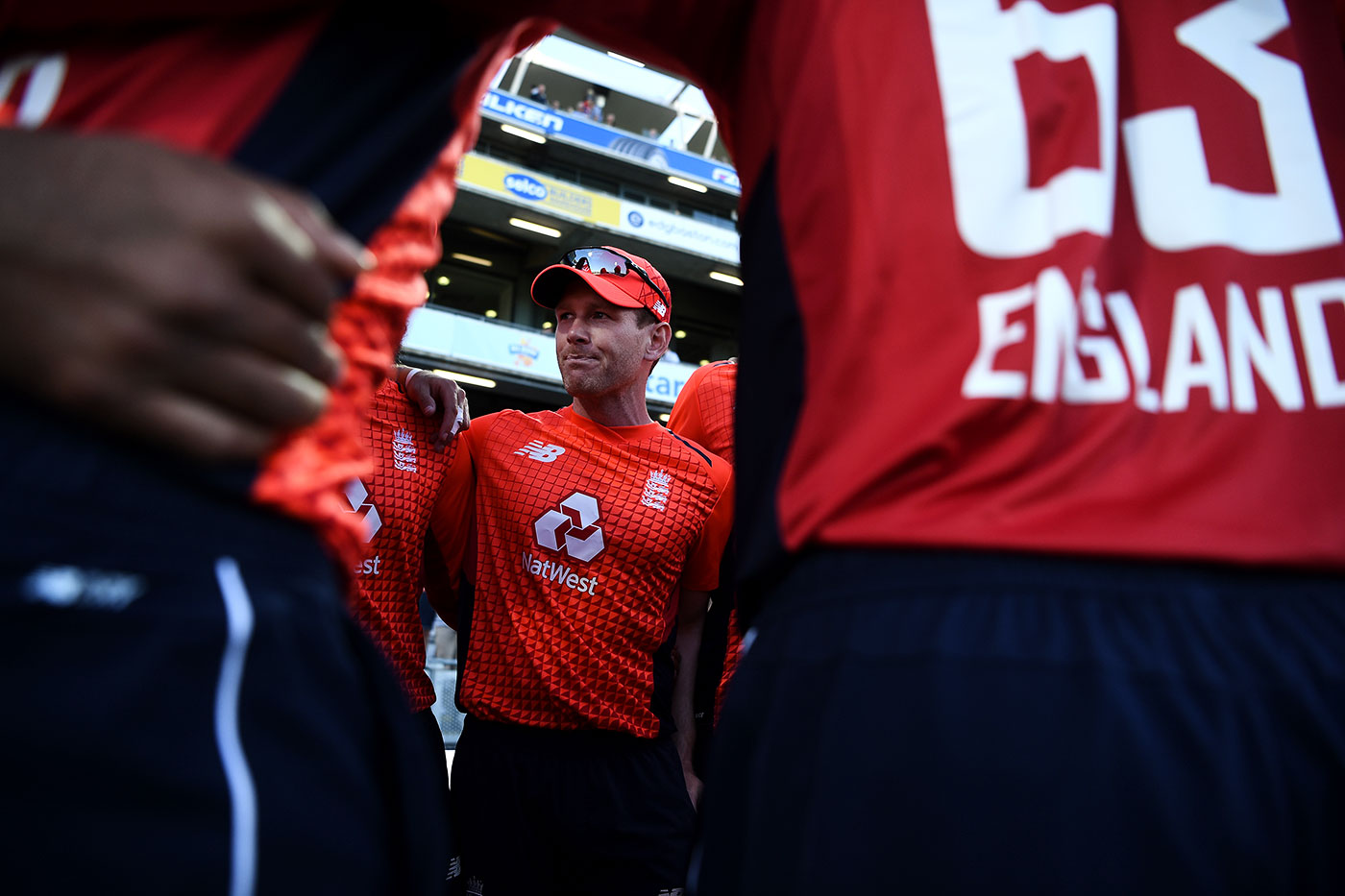 Eoin Morgan gets his players into a huddle