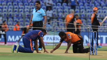 Mahela Jayawardene and Muttiah Muralitharan inspect the pitch