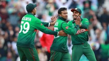 Shakib Al Hasan celebrates Martin Guptill's wicket