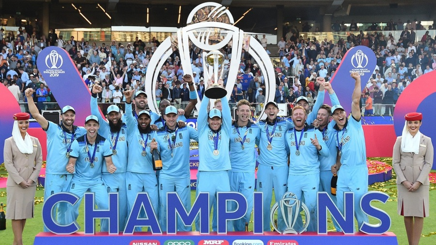 Eoin Morgan holds the World Cup aloft