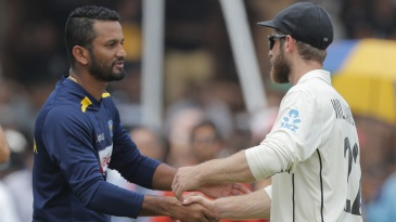 Dimuth Karunaratne and Kane Williamson shake hands