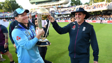 Trevor Bayliss lifts the World Cup with Eoin Morgan