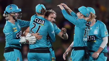 Amelia Kerr came close to a hat-trick on her WBBL debut