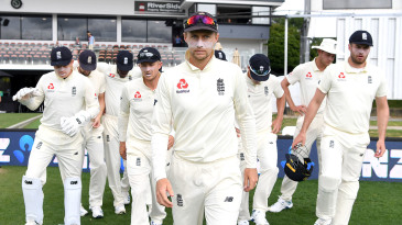 Joe Root leads out his team ahead of day 5
