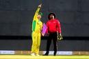 David Warner tells C Shamshuddin where he thinks the kite's string is entangled, India v Australia, 1st ODI, Mumbai, January 14, 2020
