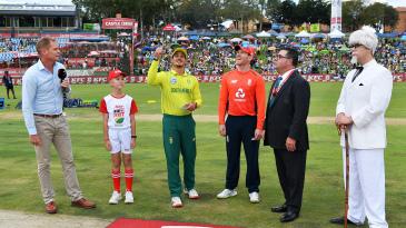Quinton de Kock and Eoin Morgan at the toss