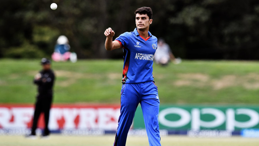 Naveen-ul-Haq gets ready to bowl