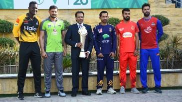 Darren Sammy, Sohail Akhtar, Sarfaraz Ahmed, Shadab Khan and Imad Wasim pose with the PSL trophy