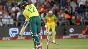 Quinton de Kock was castled by Mitchell Starc