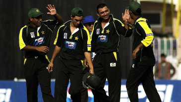 Saqlain Mushtaq celebrates a wicket with his team-mates
