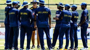 Mickey Arthur talks to Sri Lanka's players