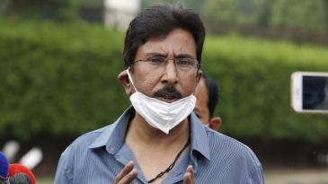 Saleem Malik speaks to reporters in Lahore